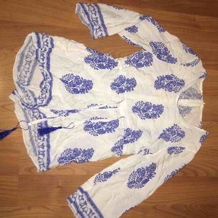 """blommig jumpsuit men ett inbyggt """"bälte""""  som har tofsar. den är lite för stor för mig som har st xs eller s. (den är också lite genomskinlig  men man kan ha vitt linne och vita underkläder så funkar det nog."""