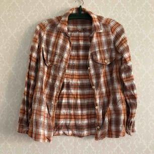 Mjuk & gosig skjorta för slappa höst- & vinterdagar • Okänt märke • Storlek: Passar Small • Troligen 100% bomull • Köpt 2hand, använt skick! • FRAKT: 39kr blått kuvert