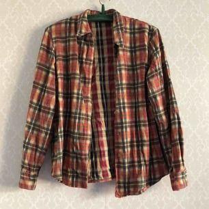 Gosig skjorta i lumberjack anda, retro med axelpuffar • Terrific • Storlek: Passar Medium • Troligen 100% bomull • Köpt 2hand, fint begagnat skick! • FRAKT: 39kr blått kuvert