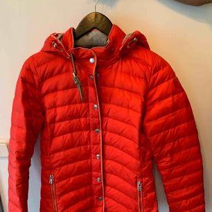 Röd dunjacka, använd 2 gånger. Köpt för 600 kr.