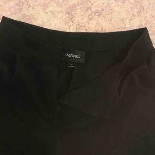 Svinsnygga kostymbyxor från Monki i strl xs-s. Höga i midjan och långs ben. Frakten ingår!