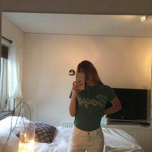 Väldigt snygg och bekväm t-shirt från bikbok, den har ett tryck på bröstet där det står boys. Möts upp i Göteborg eller fraktas, köparen står för frakt 😁