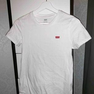 T-shirt från Levis. Använd en gång så den är som ny. Storlek: XS. Pris: 120 kr eller bud. Köparen står för frakten