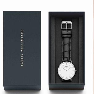 Säljer min Daniel Wellington klocka i svart orm print, i priset ingår också ett mörkbrunt läder band. Storlek 32mm. Skick: 9/10.
