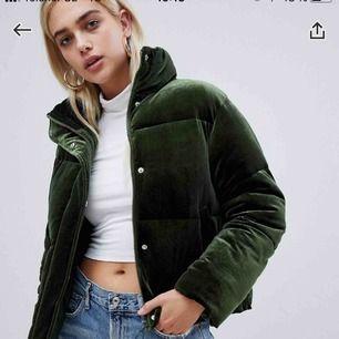 Grön lite sammets-puffer jacket!!! Från asos bara någon månad gammal, helt oanvänd. Jättevarm och bekväm!!! Den är köpt på damsidan men funkar lätt för alla.Orginalpris: 750kr