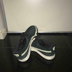 Ett par svarta puma skor, på bilder ser det ut som att dem är gröna men dem är inte det i verkligheten