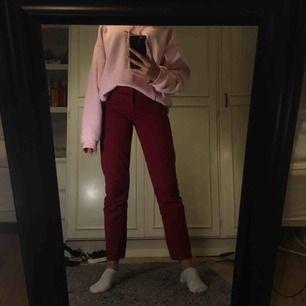 Skiiiitsnygga mörkröda jeans från h&m i vintage fit. Säljer dem då dem blivit för små. Be gärna om fler bilder och kolla gärna in några av mina andra annonser!   Möts upp i stockholm eller fraktar då köpare står för ev. Fraktkostnader❣️