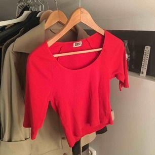 Röd weekday tröja säljer pga av att den icke får plats i garderoben