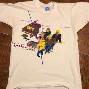 Gyllene TiderVintage T-shirt. Medium på lappen men sitter som small.  Screen stars supermjuka och eftertraktade 70/ tidigt 80-tals tröja.