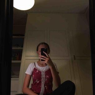 Supergulligt linne från hollister med spetsdetaljer. Be gärna om fler bilder och kolla gärna in några av mina andra annonser!   Möts upp i stockholm eller fraktar då köpare står för ev. Fraktkostnader❣️