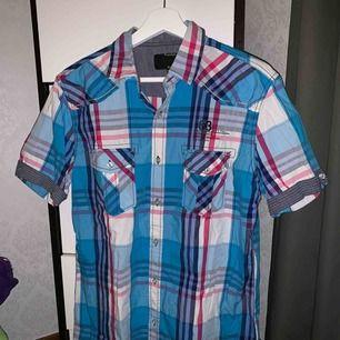 Skjorta från premium denim. Använd en gång. Storlek: M. Pris: 40 kr eller bud. Köparen står för frakten.