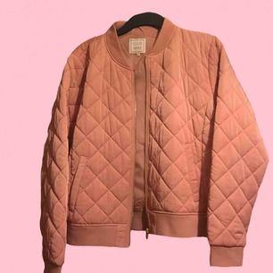 Säljer denna bomber jacka pga att jag aldrig bär rosa, använd 2-3 gånger, inga fel på den