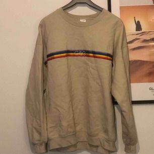 Supersnygg oversize sweatshirt köpt från asos marketplace! Tröjan är använd ett fåtal gånger och är supermysig och passar perfekt till kallare dagar. Frakten ligger på 50kr och köparen står för frakt! Pris går att diskuteras