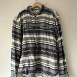 Grå, blå och vitrandiga skjorta i tjockare bomull. Den är använd, men i bra skick. Köparen står för frakt, kan också mötas upp i Uppsala ⚡️