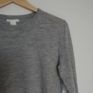 Grå melerad tröja i 100% merinoull från H&M premium i stl M. Använd någon enstaka gång bara och i superfint skick, ligger bara i garderoben och glöms bort. Nypris 600 kr tror jag. Frakt 39 kr.