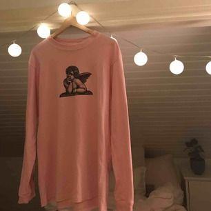 Rosa långärmad tröja från Carlings, sparsamt använd och i fint skick! Köparen står för eventuell frakt. Kan mötas upp i Gävle.