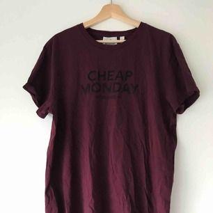 Vinröd t-shirt med svart tryck i 100% bomull. I gott skick, knappt använd. Köparen står för frakt, kan också mötas upp i Uppsala ✨