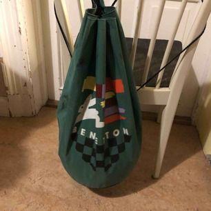 Vintage stringbag från Benetton. Väl använd och en del svarta märken. Kraftigt material.