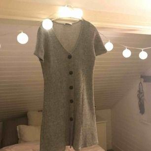 Jättesöt ribbad klänning den Zara helt sprillans ny och oanvänd. Kan användas som blus då den är ganska kort, jättesnygg till ett par svara bootcut jeans!