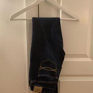 Mörkblå jeans från Abercrombie & Fitch i fint skick! Nypris ca 900kr! Frakten är inräknad i priset