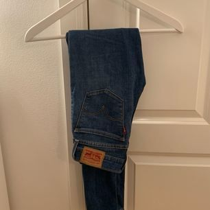 Jeans från Levi's, knappt använda! Frakten ingår i priset! Nypris 1000kr