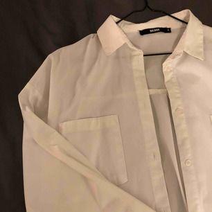 Klassisk vit skjorta från Bikbok, använd endast ett fåtal gånger. Jättesnygg att ha till blå jeans eller klassiskt till svarta byxor! köparen står för frakten🧚🏻♀️