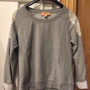 Fin tröja med spets på axlarna. Använd ngra gånger men är i fint skick. Frakt tillkommer.