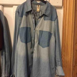 """Snygg jeansskjorta med tryck på baksidan """"Brooklyn"""". Sparsamt använd. Frakt tillkommer."""