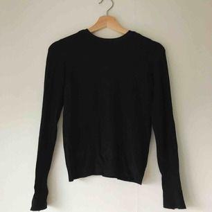 Långärmad tröja med knappdetalj på änden av ärmarna. Använd men i gott skick. Köparen står för frakt, men kan också mötas upp i Uppsala ⚡️