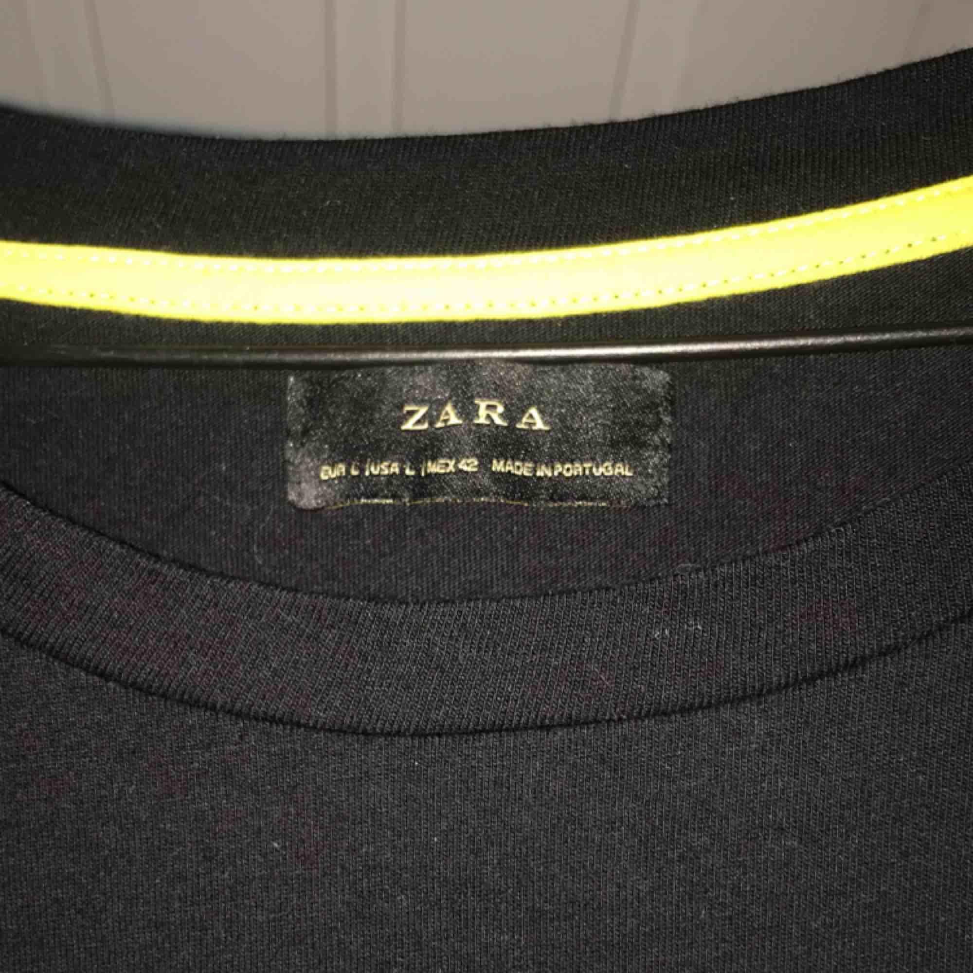 Superfin tröja från Zara, nästan helt oanvänd då den var fel storlek på mig :( passar jättebra som klänning med ett bälte. Köpare betalar frakt<3. T-shirts.