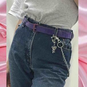 🍒LILAC🍒 Lila lackbälte med plommonfärgat spänne. Väldigt fint med ljusare jeans. Ett extra hål är gjort en bit in. Frakt tillkommer. Puss o K🍒