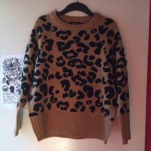 Helt ny endast provad stickad Leopardtröja i stl L. Priset är inkl frakt 🌸