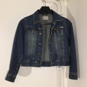 Snygg jeans jacka som inte kommit mycket till användning. Stilren som passar till många olika stilar. Passformen är XS till er som vill ha den tight och precis ovanför midjan. Frakt ingår i priset ❤️