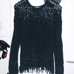 Drömmig grå/svart tröja från Fransa! Sjukt fin med färgad bralette under, eller med ngt glittermeshplagg👌 Fint skick! Frakt: 58kr med postens skicka lätt