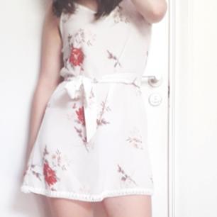 Somrig klänning! Smått genomskinlig så bär underkläder i samma färg, eller med en vit underklänning👌 Osäker på märke, men tror Zaful? Rätta mig om jag har fel för har glömt. Underbara blomstermotiv som detaljer o superfint matchande knytband som medföljer❤ Frakt: 39kr