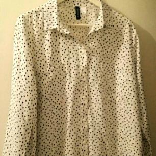 Vit långärmad damskjorta med svarta små hjärtan. Bröstficka. Oanvänd.  Nypris 99kr  Har swish. Köparen står för frakten.