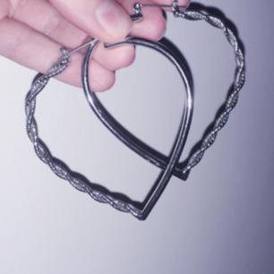 Silvriga hjärtformade hoops med virvlad glitterspiral på ena halvan av sidan☄Jättefin kvalité! Frakt: 9kr