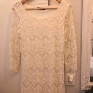 Från salt/ VILA, jag tyckte om att bära klänningen med ett brunt flätat skärp i midjan. Men det är en smaksak! :)  Riktig midsommar klänning!