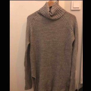 Fin stickad tröja med krage! Klär fint till en skinnjacka/päls eller liknande! :)