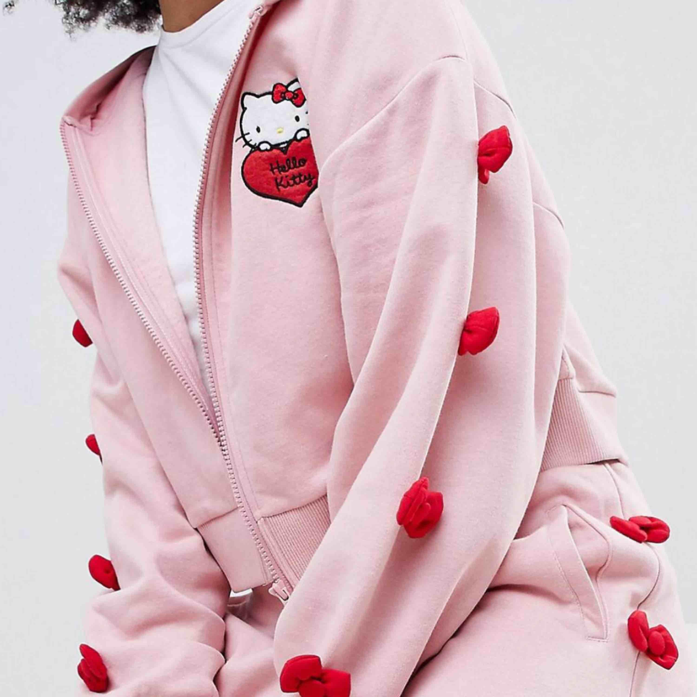 Hej! SÖKER detta set från Asos, kollektion Hello Kitty x Asos. Söker antingen byxorna, huvtröjan eller båda.  I denna färg. Kom med eget pris ☺️ Tack på förhand!! / A. Huvtröjor & Träningströjor.