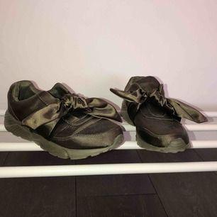 Militärgröna skor köpta utomlands. Storlek 38. Knappt använda.