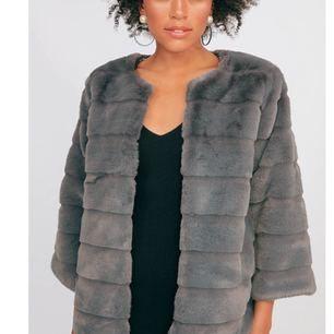 Furry fux fur coat från chiquelle Storlek S Original pris 799kr  Säljes för 350kr Använd ca 2 ggr vilket betyder att den är i fint skick