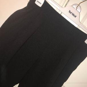 """Kostymbyxor från Gina Tricot i lite mer """"slappare"""" material, använda 1 gång! Frakten är inräknad i priset. (Är inte smuts på byxorna som det ser ut som på bilden)"""