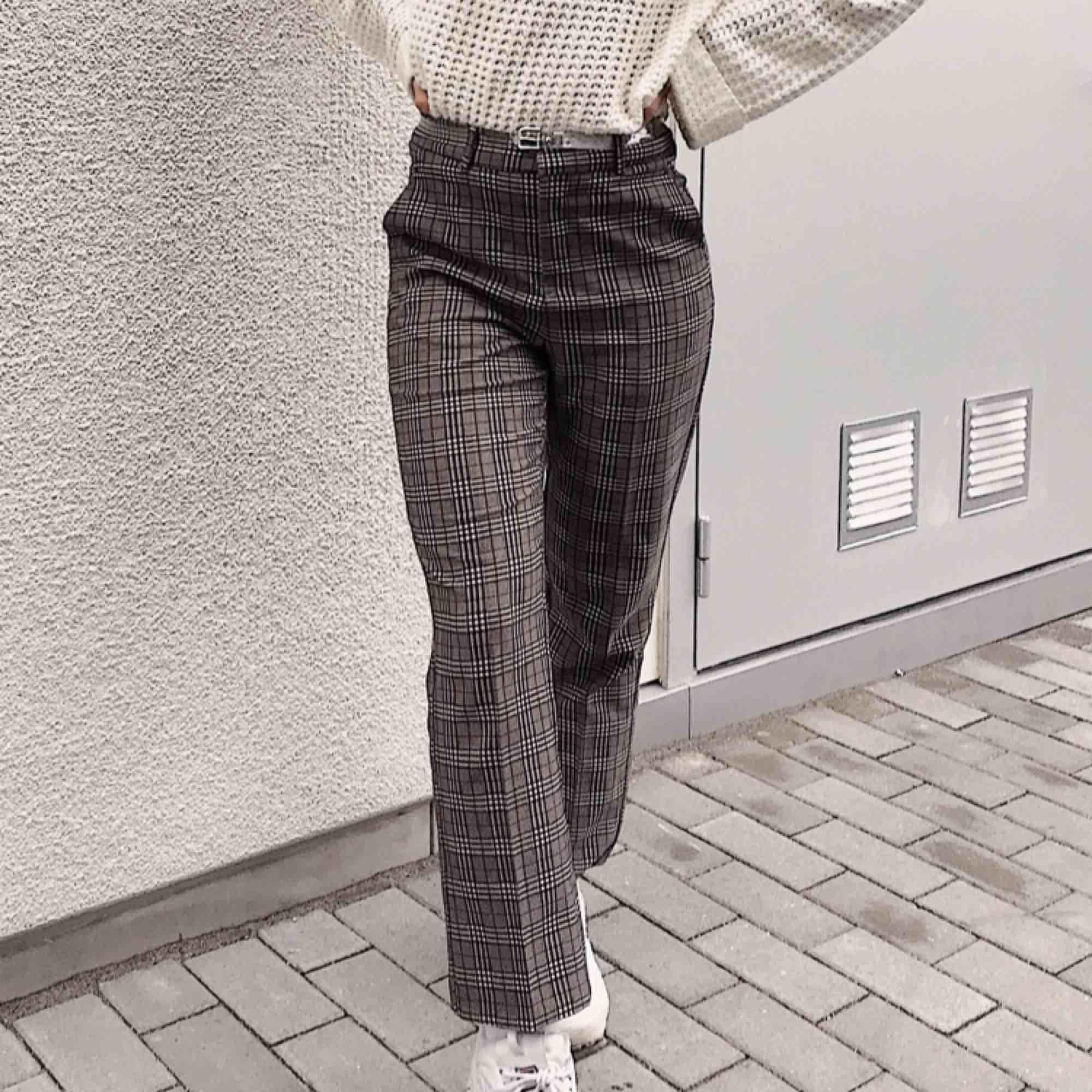 Jätte fina kostym byxor som är lite utsvängda vid fötterna, de är knappt använda & i mycket fint material, 250 inkl frakt! Nypris 599💘. Jeans & Byxor.