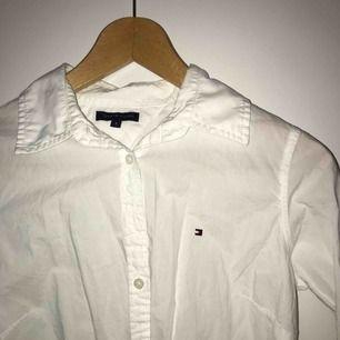 Aldrig använd vit skjorta från Tommy Hilfiger. Både väldigt snygg att ha under tröjor som sticker fram eller bara bära den.