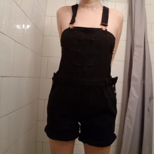 Jeans hängslen i svart. Oversized. Lite större i bena.