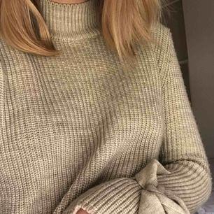 Stickat tröja från gina tricot med rosetter vid ärmarna som man knyter själv och kan alltså justera hur hårt man knyter. De gör en cool detalj på tröjan :)