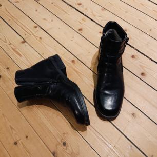 Ett par superfina kängor i svart läder som har två dragkedjor på vardera skor. Är väldigt mjuka/följsamma och så himla bekväma! I mycket bra skick!