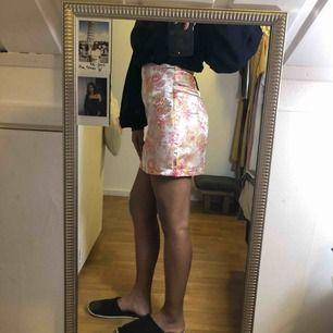 Helt ny kjol från boohoo, i stl 34-36, små i stl.  Tar swish, frakt 40kr