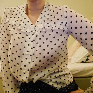 Fin lite transparent prickig blus, vintage, i bra skick!